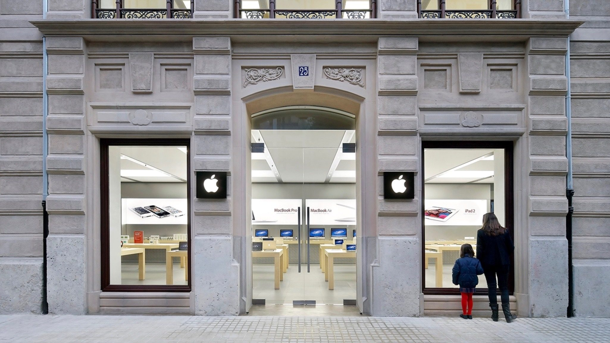 Firefighters Respond to Another Apple Store Due to iPhone Battery Explosion