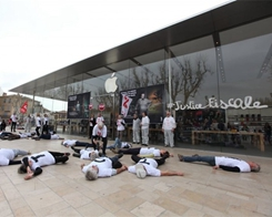 Activists Stage die-in at French Apple Stores to Protest Impact of Tax Avoidance on Social Services