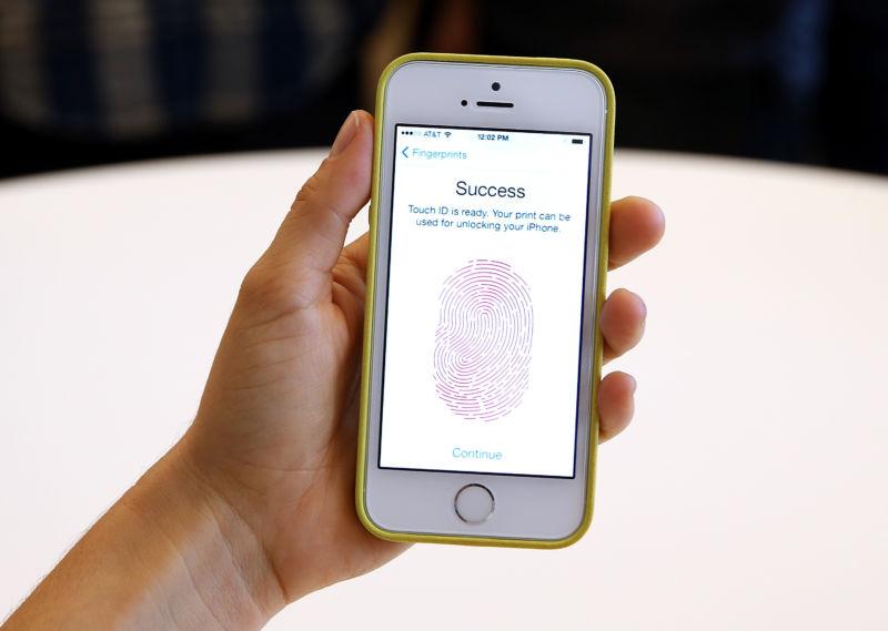 """Police """"legally mug"""" Gang Boss to Grab Unlocked iPhone"""