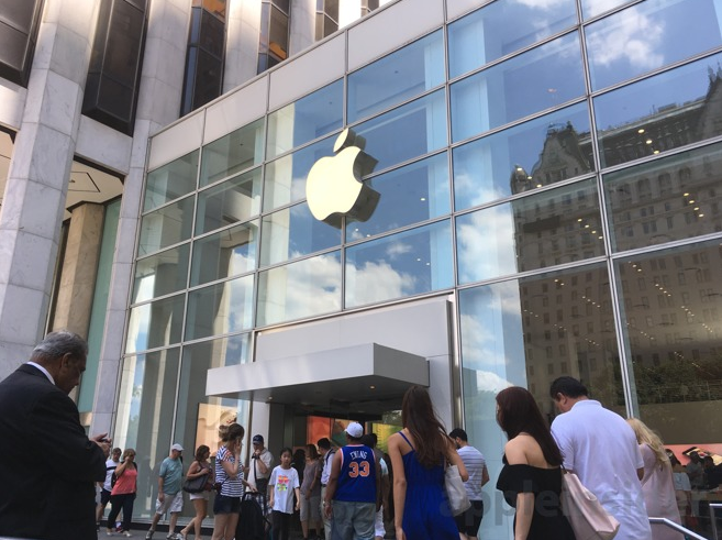 Apple's Fifth Avenue Temporary Store in NYC Still Drawing Massive Traffic