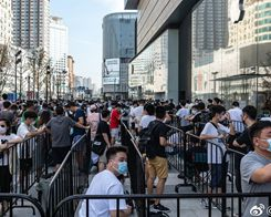 Crowds Flock To Opening Of Changsha Apple Store